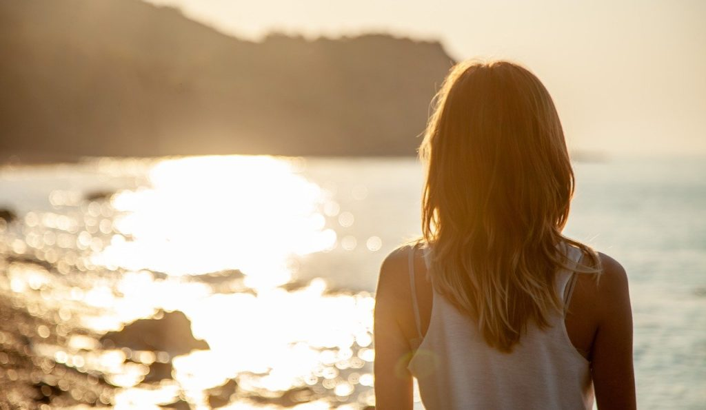 Sonne-Strand-Frau-gesunde-Sonnencreme