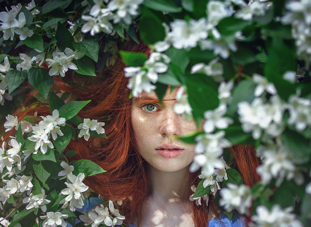 Frau-Blätter-Haut